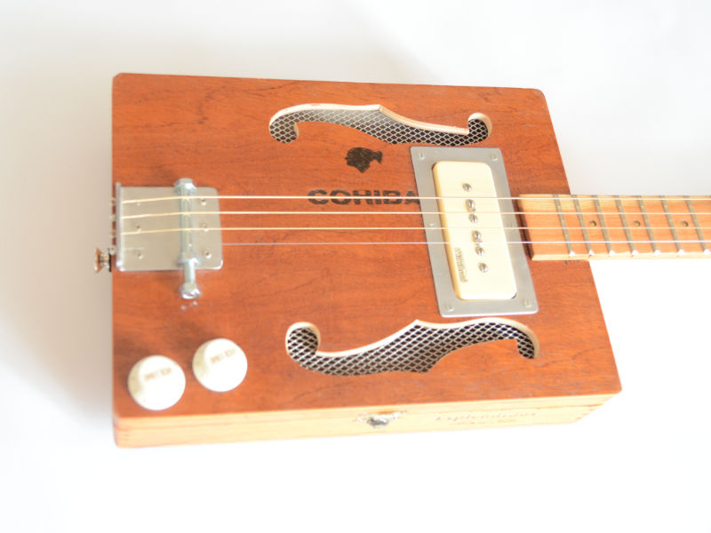 f-loch in cigar box guitar sägen